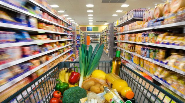 Pandemia rriti çmimet e ushqimeve, uli të veshjeve